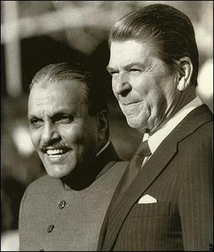 Il dittatore pakistano Muhammad Zia-ul-Haq (1924-1988) e il presidente USA Ronald Reagan (1911-2004)