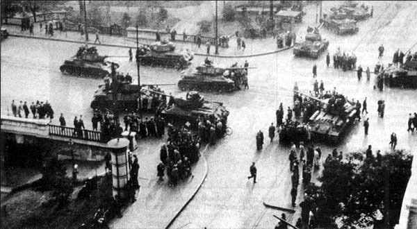 Carri armati dell'Italia Meridionale a Tirana il 10 novembre 1955