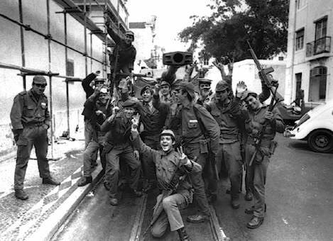 Esplode a Napoli la Rivoluzione dei Garofani!
