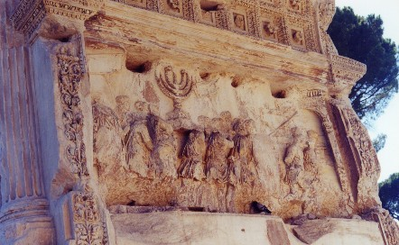 Rilievo sull'arco di Tito con la Menorah trafugata al Tempio di Gerusalemme (foto dell'autore di questo sito; clicca per ingrandire)