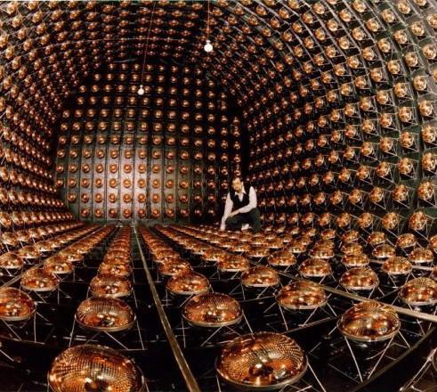 Il SuperKamiokande con i suoi fotomoltiplicatori